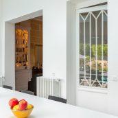 Conservation de l'ancienne porte en bois, dans l'esprit de celles du salon