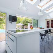 extension cuisine ilot central crédence papier peint baie vitrée Vélux