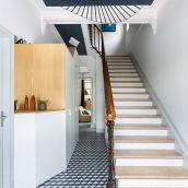 L'entrée maison Bordeaux carrelage escalier luminaire meuble sur-mesure