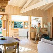 projet d'architecture intérieure avec extension d'une cuisine au cap ferret et aménagement d'une chambre avec escalier rangement sur mesure