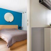 surélévation échoppe bordeaux chambre parquet velux salon cuisine escalier balcon bleu architecture intérieure